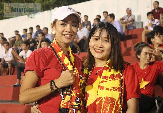 Vượt 800 km, người đẹp không hài lòng về U23 Việt Nam - 11