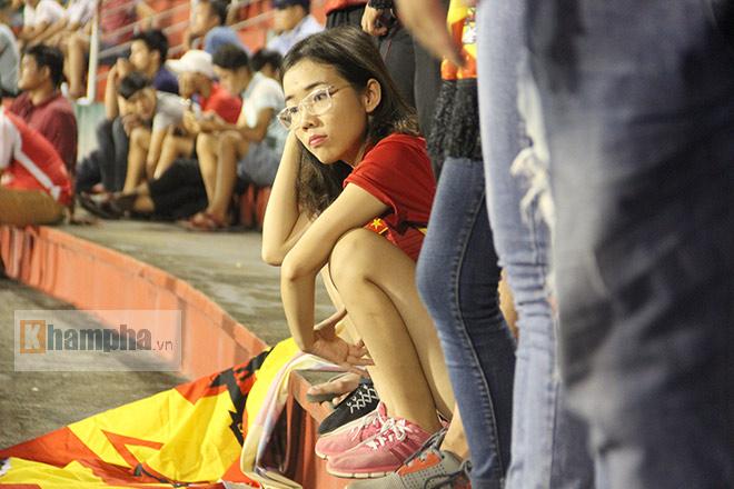 Vượt 800 km, người đẹp không hài lòng về U23 Việt Nam - 9