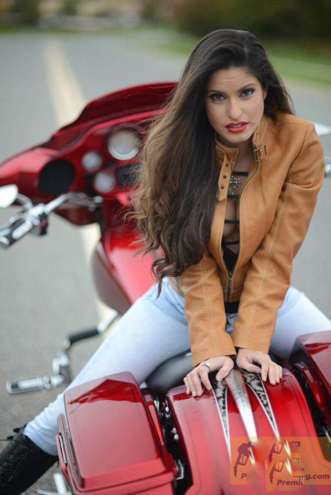 Chỉ có những người đẹp chân dài mới có thể ngồi như vậy với Harley Davidson Street Glide.