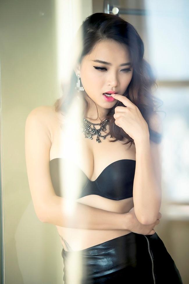 """Sau khi chia tay bạn trai, Hải Băng bất ngờ  """" lột xác """"  khỏi hình tượng nhí nhảnh thành một quý cô gợi cảm."""