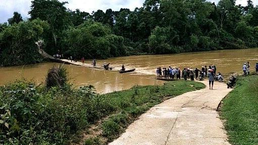 3 mẹ con chạy xe máy qua cầu tràn, bị nước lũ cuốn mất tích - 1