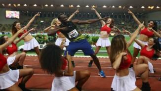 """""""Tia chớp"""" Bolt gặt vàng, ăn mừng cuồng nhiệt với dàn mỹ nữ"""
