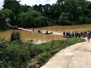 Tin tức trong ngày - 3 mẹ con chạy xe máy qua cầu tràn, bị nước lũ cuốn mất tích