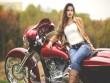 Chết mê chân dài xăm hoa hồng chế ngự Harley-Davidson