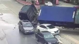 Video xe container lật, đè bẹp hàng loạt ô tô ở TQ