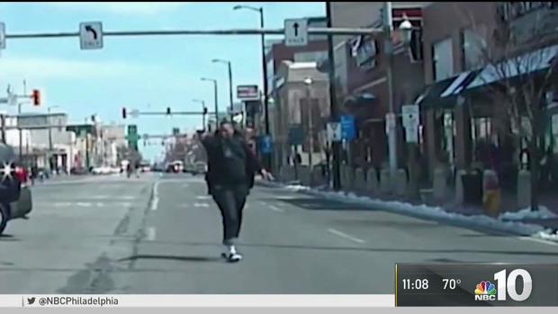 Video: Cảnh sát Mỹ nã 69 phát đạn vào nghi phạm chống trả - 1