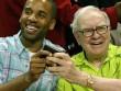 Bất ngờ với 2 thứ tỷ phú Warren Buffett luôn mang trong ví