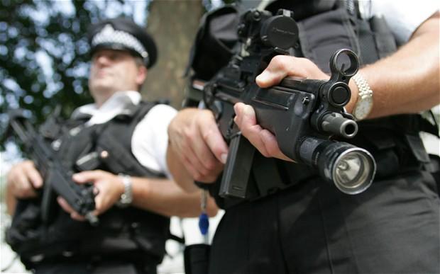 Mỹ: Đang yên đang lành, bị cảnh sát đến nhà bắn chết - 1