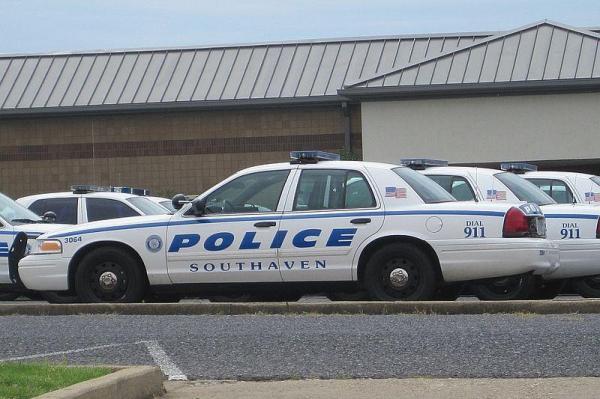 Mỹ: Đang yên đang lành, bị cảnh sát đến nhà bắn chết - 2