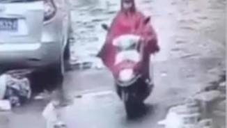 Cán xe máy qua em bé, người phụ nữ TQ lạnh lùng bỏ chạy
