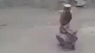 Sốc: Cậu bé Pakistan lạnh lùng cầm súng bắn lon thiếc trên đầu bạn