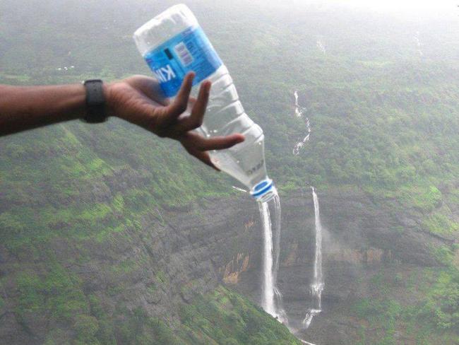 Chỉ cần chai nước là có thể tạo được dòng thác rồi.