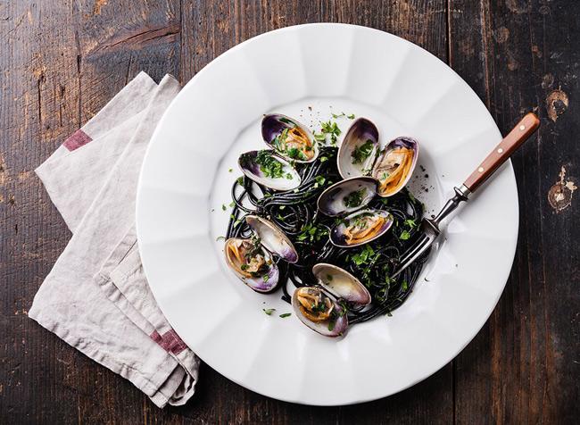 """1. Sò rất giàu vitamin B12. Trong 1 nghiên cứu của trưởng Đại học Harvard, tỷ lệ quý ông mắc chứng rối loạn cương dương tăng cao có ảnh hưởng trực tiếp từ việc thiếu vitamin B12. Nguyên nhân là do vitamin B12 đóng vai trò quan trọng trong quá trình chuyển hóa tế bào và sản xuất máu. Vì vậy, hãy bổ sung 1 bát sò trong bữa tối để đạt được thể lực sung mãn nhất khi """"yêu""""."""