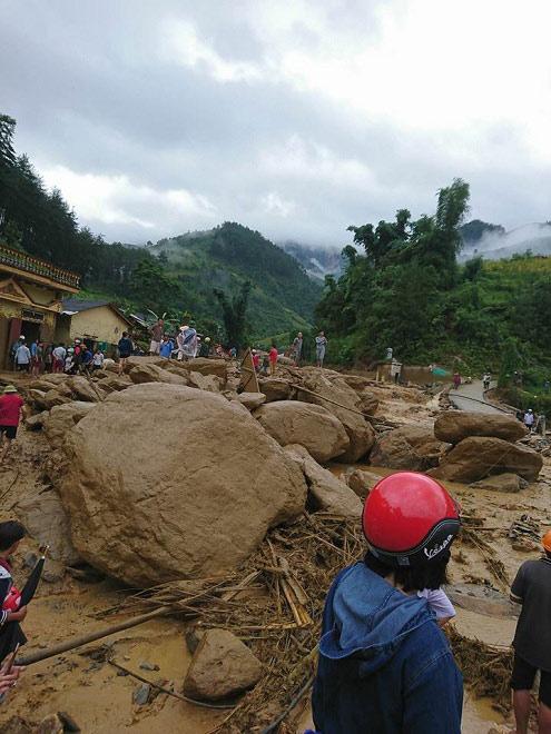 Kinh hoàng: Lũ quét trong đêm, 8 người mất tích, nhiều nhà bị cuốn trôi - 2