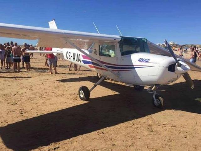 Máy bay đâm chết 2 người tắm nắng ở bãi biển Bồ Đào Nha