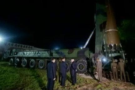 Cách Kim Jong-un đề phòng Mỹ ám sát khi thị sát tên lửa - 2