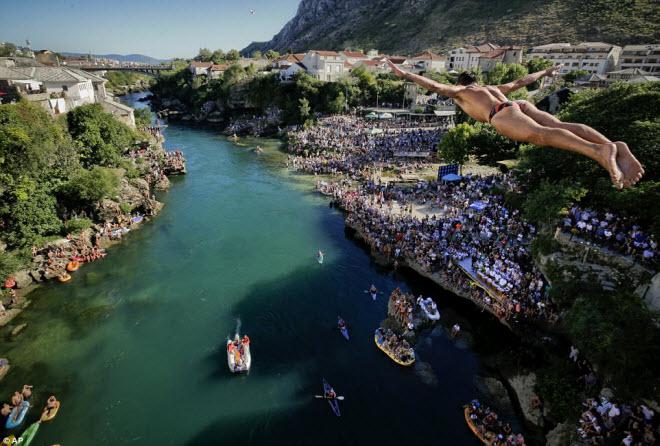 Thót tim với màn nhảy cầu liều lĩnh xuống dòng sông chảy xiết - 1