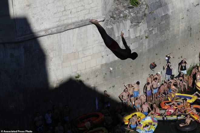 Thót tim với màn nhảy cầu liều lĩnh xuống dòng sông chảy xiết - 6
