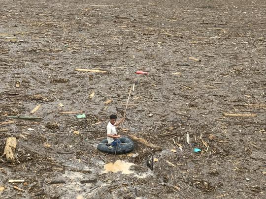 Người già, trẻ nhỏ Mù Cang Chải bơi ra giữa dòng nước lũ vớt củi - 2
