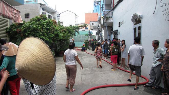Cô gái trẻ nhảy lầu, thoát khỏi đám cháy ở Sài Gòn - 2