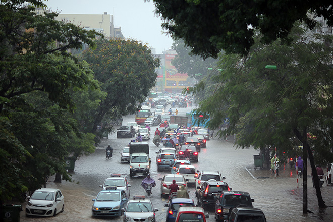 """Người Hà Nội """"ngụp lặn"""" trong dòng nước thối sau mưa lớn - 1"""
