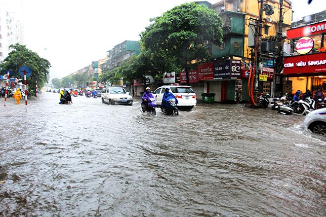 """Người Hà Nội """"ngụp lặn"""" trong dòng nước thối sau mưa lớn - 2"""
