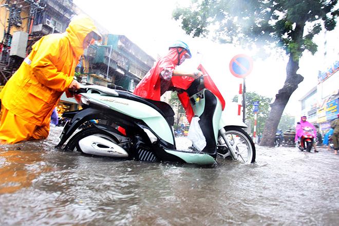 """Người Hà Nội """"ngụp lặn"""" trong dòng nước thối sau mưa lớn - 9"""