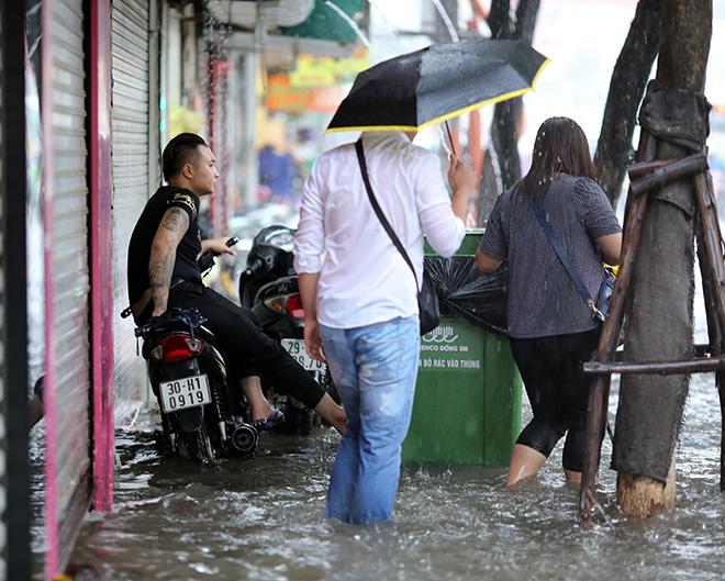 """Người Hà Nội """"ngụp lặn"""" trong dòng nước thối sau mưa lớn - 6"""