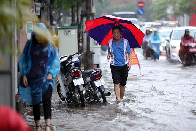 """Người Hà Nội """"ngụp lặn"""" trong dòng nước thối sau mưa lớn - 10"""