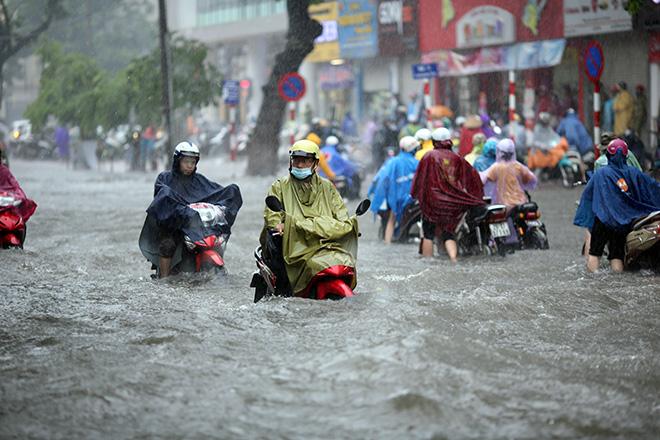 """Người Hà Nội """"ngụp lặn"""" trong dòng nước thối sau mưa lớn - 3"""