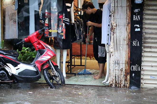 """Người Hà Nội """"ngụp lặn"""" trong dòng nước thối sau mưa lớn - 13"""
