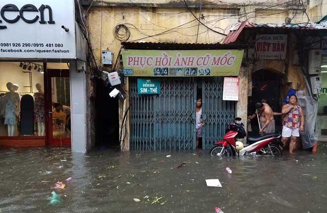 """Người Hà Nội """"ngụp lặn"""" trong dòng nước thối sau mưa lớn - 15"""