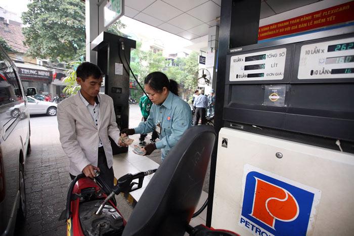 Xăng tăng giá trong ngày mưa gió - 1