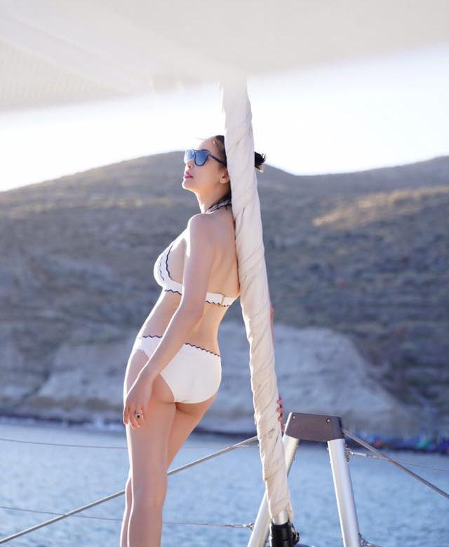 Hoa hậu Hà Kiều Anh 41 tuổi vẫn quá bốc lửa với áo tắm - 2