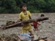 Người già, trẻ nhỏ Mù Cang Chải bơi ra giữa dòng nước lũ vớt củi