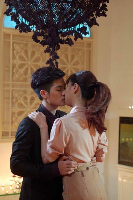 Những nụ hôn bạo liệt của Hà Hồ, Thanh Hằng, Thủy Tiên với trai đẹp - 4