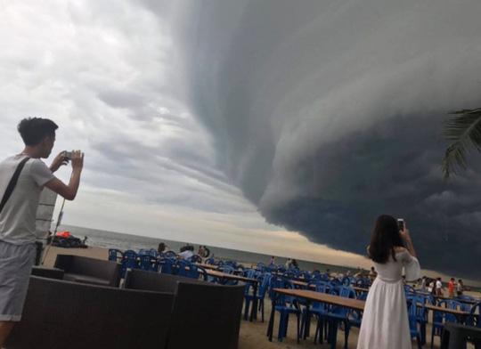 """Đám mây đen kịt hình thù kỳ lạ như """"nuốt chửng"""" biển Sầm Sơn - 2"""
