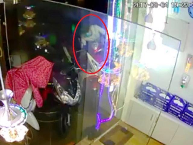 """Clip: Trộm dùng """"ảo thuật"""" lấy xe tay ga trong vài giây ở SG"""