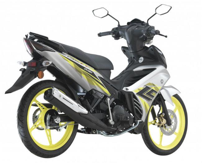 Thuộc phân khúc môtô tầm trung phổ biến, Yamaha Y135LC vừa cập nhật cho phiên bản 2017 với 4 màu mới, gồm màu xanh da trời, màu đỏ, màu đen và màu bạc, được niêm yết ở thị trường Malaysia với giá bán 7.167 RM (khoảng 38,09 triệu đồng). Ảnh phiên bản màu bạc.