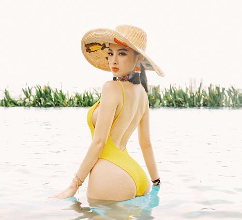 Angela Phương Trinh mặc bạo, lộ đùi phốp pháp khó tin - 11