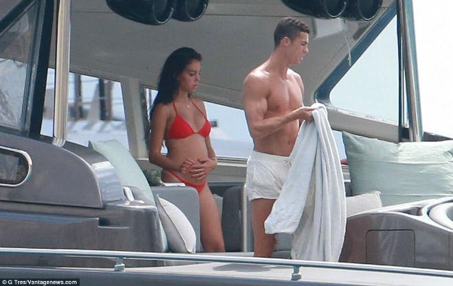 """Ronaldo """"u sầu"""" vì nghi án trốn thuế, mặc bạn gái diện bikini bốc lửa - 2"""