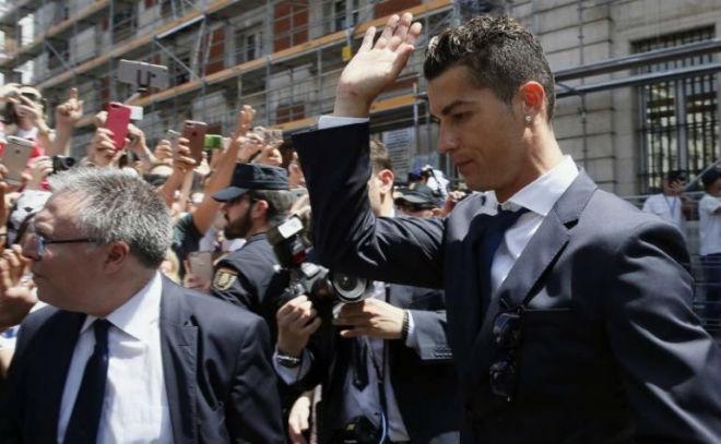 """Ronaldo """"u sầu"""" vì nghi án trốn thuế, mặc bạn gái diện bikini bốc lửa - 1"""