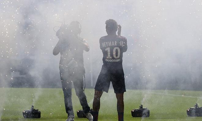Neymar ra mắt trăm nghìn CĐV PSG: Hoành tráng như siêu sao Hollywood - 12