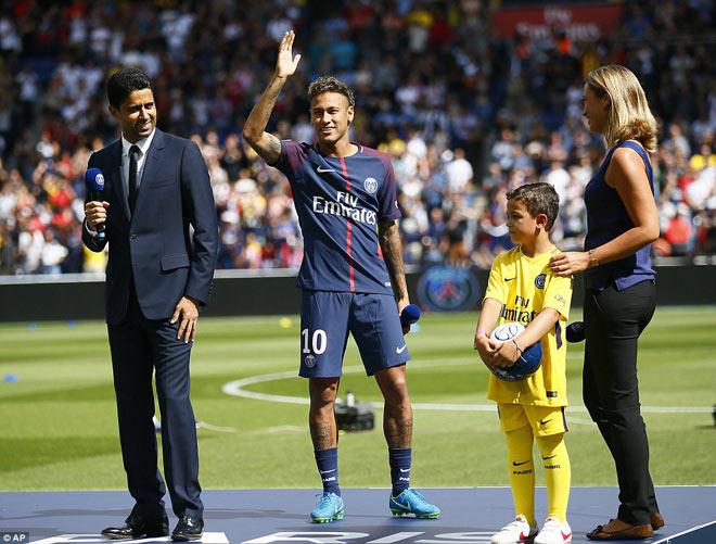 Neymar ra mắt trăm nghìn CĐV PSG: Hoành tráng như siêu sao Hollywood - 2