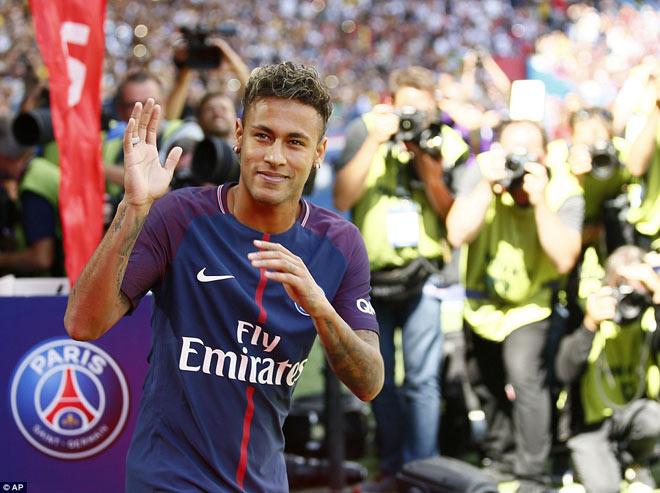 Neymar ra mắt trăm nghìn CĐV PSG: Hoành tráng như siêu sao Hollywood - 4