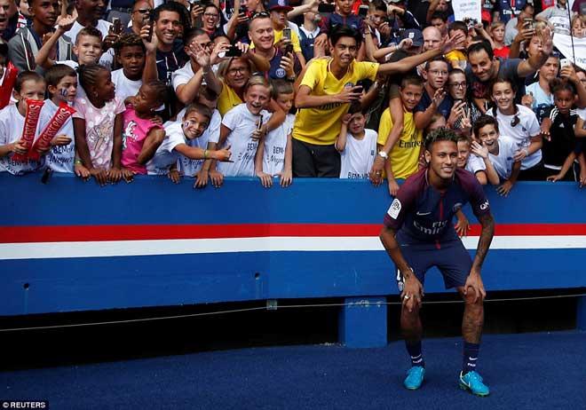 Neymar ra mắt trăm nghìn CĐV PSG: Hoành tráng như siêu sao Hollywood - 8