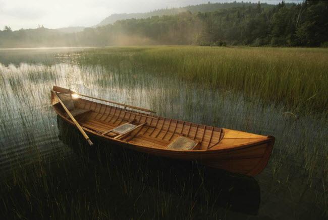 Chiếc thuyền nhỏ đậu trên hồ Placid lúc bình minh ở thành phố New York, Mỹ.
