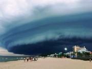 """Tin tức trong ngày - Đám mây đen kịt hình thù kỳ lạ như """"nuốt chửng"""" biển Sầm Sơn"""