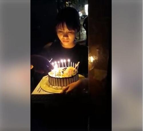 """Cô gái vượt đường xa tổ chức sinh nhật cho bạn trai qua """"song sắt"""" - 1"""