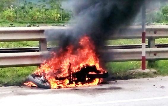 Đang chạy xe máy trên quốc lộ, bất ngờ dừng lại châm lửa đốt xe - 1